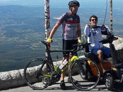 met een scooter op de Mont Ventoux
