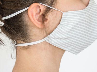 een mondmasker en een hoorapparaat: geen makkelijke combinatie