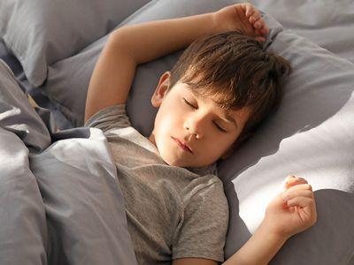 zo help je je kind om droog te leren slapen