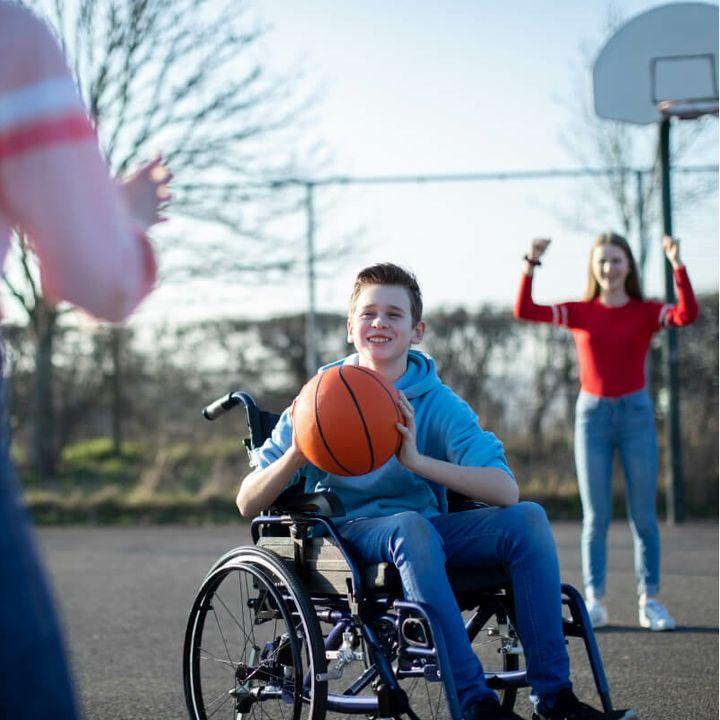 Kinderen spelen basketbal